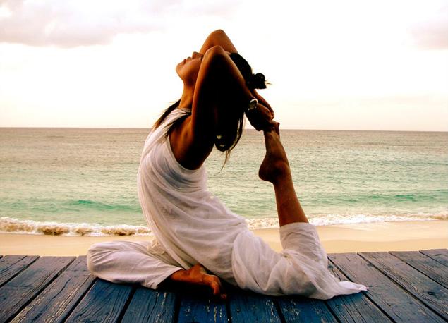 жена прави йога